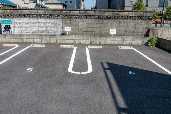 すぐ左手に当院第1駐車場(2台分)があります